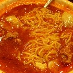双龍居 - 牛肉の四川風煮込み 途中で玉子麺が投入される