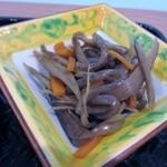 やずや 皆友亭 - 小鉢は2つ、一つ目はコンニャクと人参とキンピラゴボウの小鉢。