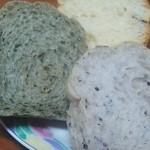 あんぱん屋 - 手前から、黒胡麻のパン、ヨモギとクルミのパン、4種類のレーズンパン。