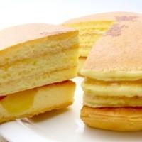 ママンユキ - 「釜どゃんパンケーキ 喜び釜」 TVでも紹介された【自宅でも焼きたてのおいしさを】がコンセプトの釜どゃんパンケーキ。 タルトには、さつまいも・りんごがたっぷり入って、特製パンケーキをたっぷり重ねたママンユキおすすめの一品です。