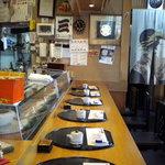 寿司処 六ちゃん - 店内はカウンター席と、この右手に小上がりのお座敷席があります