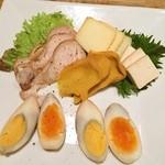 25885249 - トリモモ,チーズ,豆腐,卵の燻製,そして真ん中はいぶりがっこ‼︎                                              いやはや,脱帽‼︎                       流石燻製をメインに掲げるだけはあります…と,思います(⌒-⌒