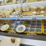 八海とうふ - 店内ショーケース