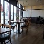 ステーキハンバーグ&サラダバー けん - お店は道路に面しているので広くて明るく開放感があります