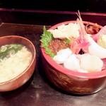鮨両 - ちらし大盛、味噌汁がつく
