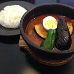 ダッチオーブン - 野菜とチキンのスープカレー、辛さ10番!