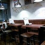 ワイン スタンド バジル - テーブルスペースは椅子も有り