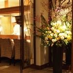 26108755 - 入口には大きな生け花があって華やかな雰囲気