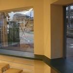 カフェ ステーション - 窓際カウンター左側