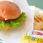 ロングボード・カフェ - アメリカンチーズバーガー 800円。