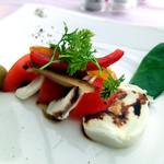 ザ・ガーデンテラス - 水牛のモッツァレラとトマト、茄子と赤ピーマンのコンフィ添え
