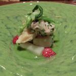 カモシヤ クスモト - 【二皿目】 貝と春キャベツ 苺の酸味のアクセント                             蛤、ツブ、タイラギ、アスパラなど