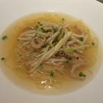 カントニーズ 燕 ケン タカセ - 黄ニラ、もやしと大豆ミートの細切り炒め入り スープヌードル