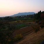 阿蘇 火の鳥温泉 欧風料理宿 ログ山荘 火の鳥 - お店から見た夕陽に映える景色