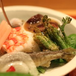 会席料理 岸由 - 前菜 (海老の手綱寿司、タラの芽の素揚げ) (2014/04)