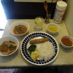 TAPiR - ランチの両方セット(マトンキーマカレー、筍カレー、ダル、トマトスープ、ブルーベリーパン、ライス、ブロッコリーの和え物、ポテトサラダ)