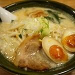 手作りの味噌らーめん 味噌樽 - 味噌らーめん (味玉入り) 780円。