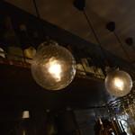ビストロ オリーブ - 天井には、球状の電燈