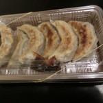 天龍軒 - 自家製黒豚焼餃子 6コでございます