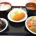 青海食堂 - ひじき。野菜コロッケ 100円。肉じゃが 150円。ご飯と味噌汁。合計 480円。