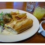 SPAIN BAR&CAFE Esperanza - ボカディーリョ・ランチ ¥500  蟹クリームコロッケサンド・ポテトフライ・サラダが1プレートに入っています。  これに「スープ(この日はミネストローネ)」「ドリンク」が付くセットです。