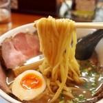 俺のラーメン あっぱれ屋 - 【2回目訪問】こくまろ醤油チャーシューメン(麺)
