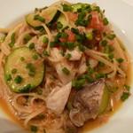 カルネヴィーノ - 白身魚とズッキーニ フレッシュトマトのバベッティーニ