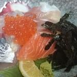 26574179 - つやつやの分厚い刺身がギッシリの海鮮丼1,150円