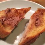 ひよこ - トースト。 レバーペーストとお醤油。