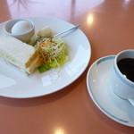 ベイ ナンナン - 料理写真:2014.04 モーニングはサンドイッチにサラダ、バナナ、ゆでたまごが付いて追加なしの390円