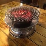 炭火焼肉ぐら - 本格的炭火コンロ。