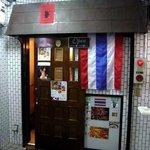 プロォーイ タイ料理 - お店の概観です。ビルの右側にお店はあります。店前にはタイの国旗が飾ってありますね。濃い茶のドアがいい雰囲気をかもし出しています。