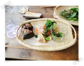 カナリヤの森 - 2014/4月某日のランチプレート♪玄米のおにぎりに季節のお野菜たち みんな優しいお味です。