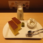 26666379 - 【2014年03月】北海道牛乳カステラ+ドリンクセット@500円。