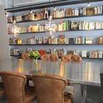ハウスユイガハマ - ライブラリとテーブル席の様子