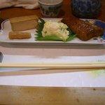 小料理 つくし - お通し。焼き豆腐とすすたけの煮込み・ポテサラ・さわらの甘露煮。