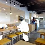 讃岐うどん 源八 - 店内 オシャレなカフェみたい。