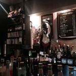 ショットバー ペコ - 内観写真:むすうに並ぶ酒、酒