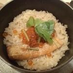 炭火焼鳥とりっこ - 鮭といくらの釜めし/中身