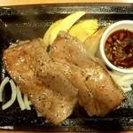 ステーキガスト - 熟成ロース薄切りステーキ(160g)、にんにく醤油ソース(上方から)
