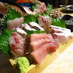 まるう商店 - 名物の三浦半島地魚どっさり盛