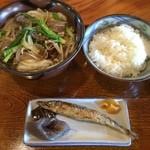 ごろびつ庵 - 「肉うどん定食(980円)」。白ご飯にメザシ、こんにゃくと昆布のお煮しめ、たくわんというシンプルさが泣かせます。そしていちいち美味しいんだから、更に泣ける♡