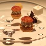 キュイジーヌ[s] ミッシェル・トロワグロ - 小菓子 (カシス風味のシュークリーム、柚子のマシュマロ、花梨と生姜のゼリー、フレープフルーツを包んだチョコレート)