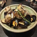 ミルコローネ - アサリとムール貝の白ワイン蒸し