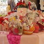 フランス菓子16区 - 中央にはこどもの日&母の日ギフト