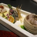 27019906 - お刺身はフグ、鰆、太刀魚。青みかんを絞って食べるとおいしい。