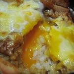 伽哩本舗 - 落とし卵とチーズも入ってます。 半熟状態なのでカレーとよく合います。