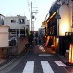 御影倉庫 - 阪神御影駅から海側に歩いて行くとこんな風景が現れてきます。この通りの左手にお店があります。