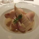 レストラン ラ フィネス - 前菜 福知山の筍をフォアグラの脂でコンフィしたのち、ブレス鶏のブイヨンでポシェ 最後にブレス鶏のコンソメをかける