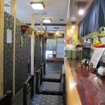 活魚水産 - カウンター席、中ほどにテーブル席。奥に小上がり。